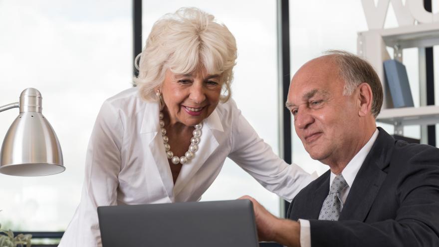 pareja de personas mayores trabajando