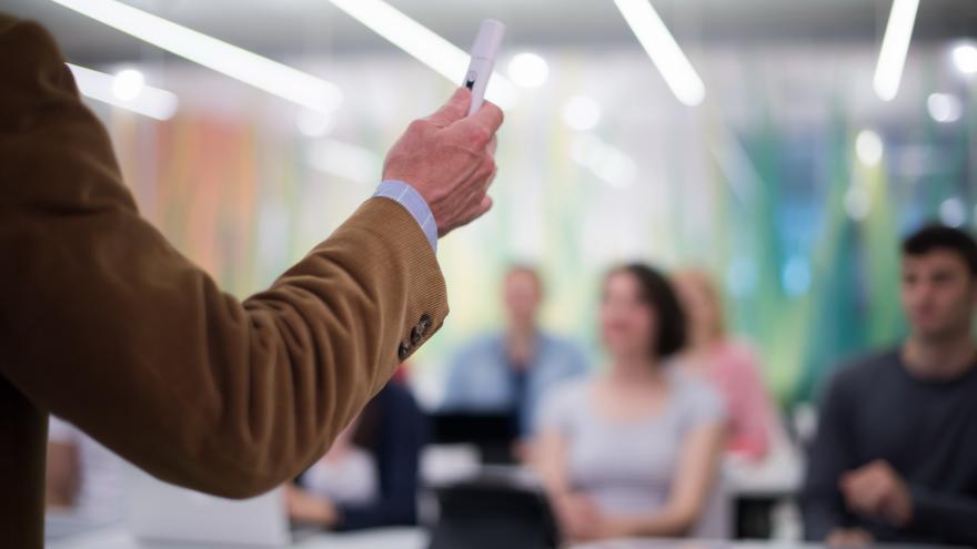 En concreto, las seis universidades públicas de la Comunidad de Madrid contarán con 966 nuevas plazas de personal para el próximo curso 2018/2019. Entre los requisitos para poder llevar a cabo esta incorporación de personal, las universidades públicas han