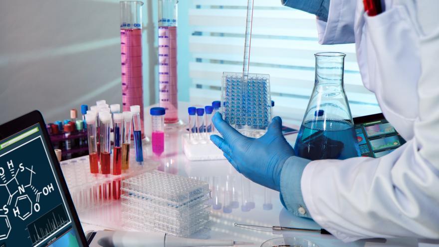 Investigador en laboratorio con muestras