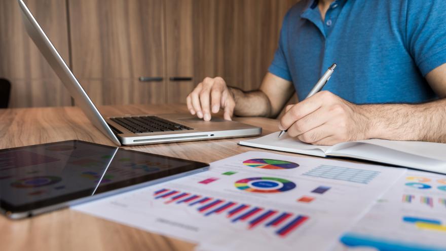 Un hombre delante de un ordenador trabajando
