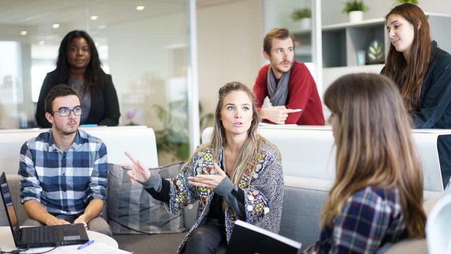 Reunión de varios jóvenes en su lugar de trabajo
