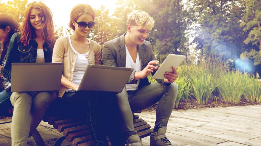 Estudiantes con sus ordenadores al aire libre