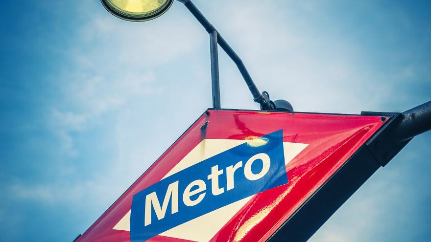 Cartel con el logo de Metro en una estación