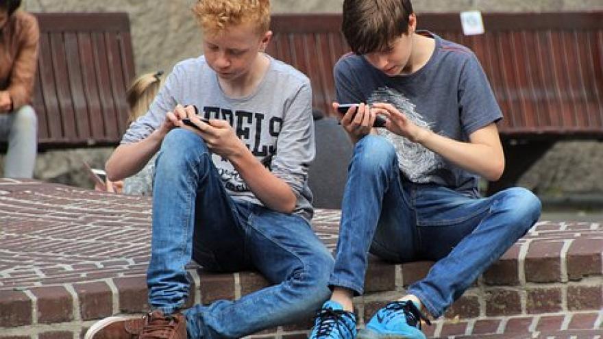 jovenes con movil