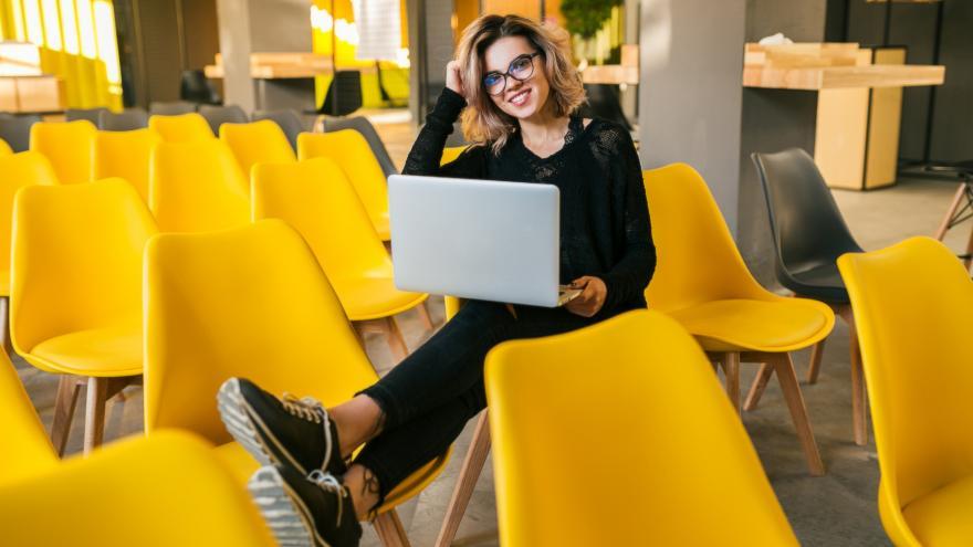 Mujer joven sentada en una silla amarilla