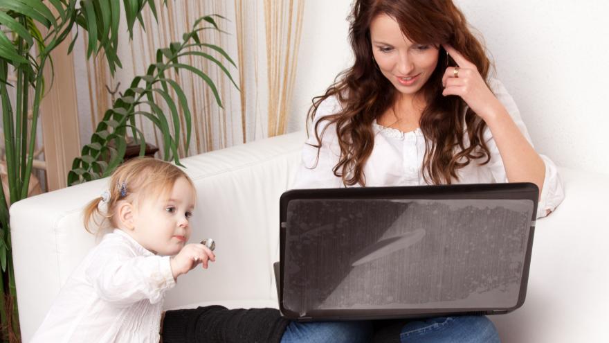 mamá con niña y tablet