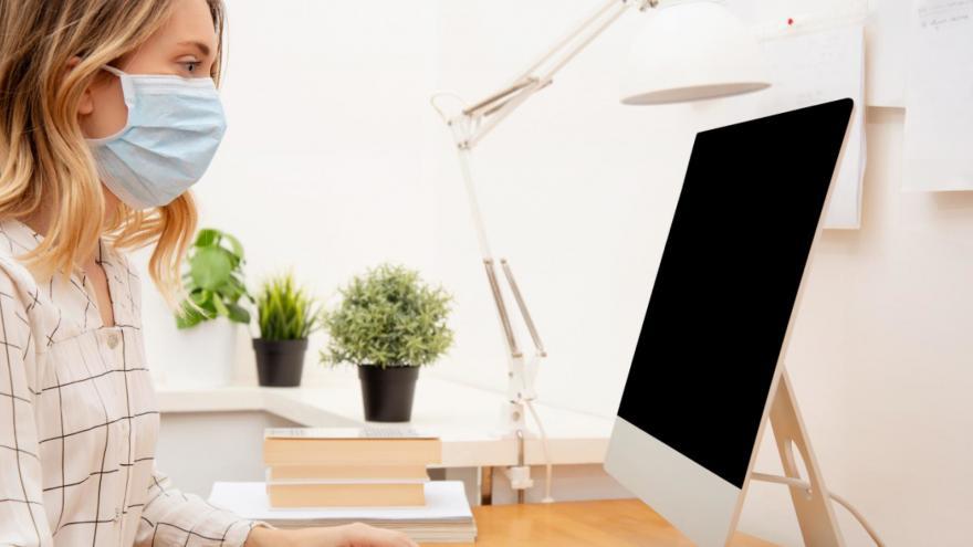 Informadora consultando un ordenador en la oficina