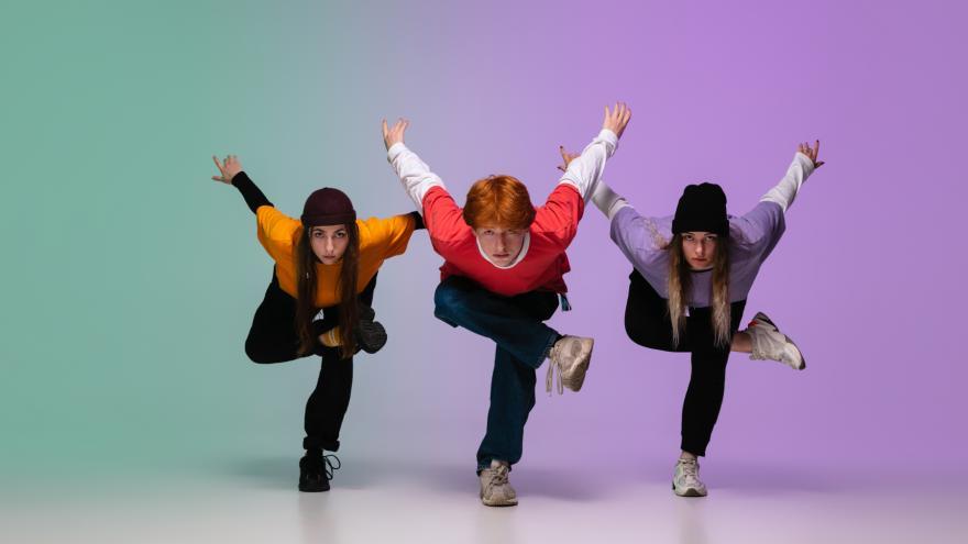 Tres jóvenes en posición de baile