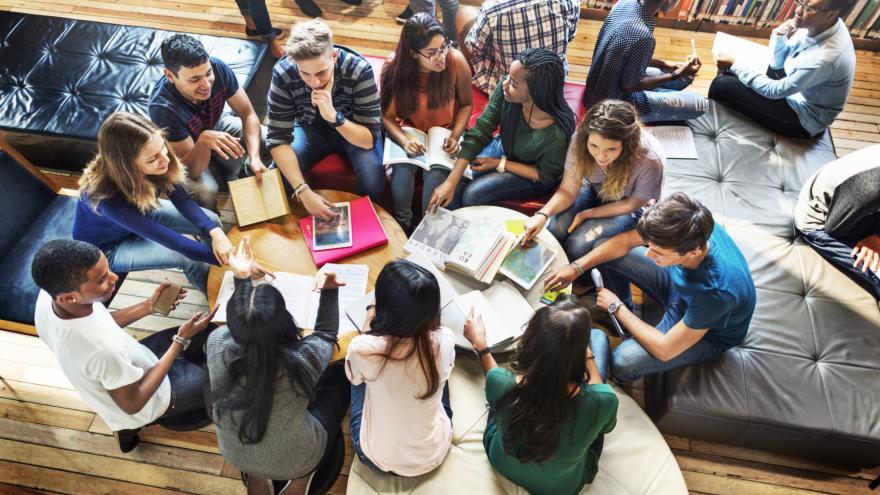 Grupo de jóvenes sentados charlando