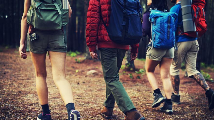 Jóvenes caminando con mochilas