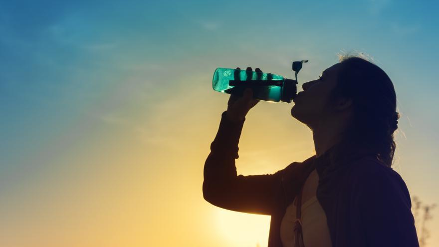 Joven bebiendo agua