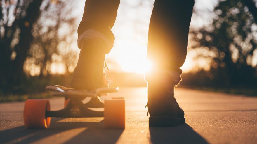 Primer plano de los pies de un chico con skate
