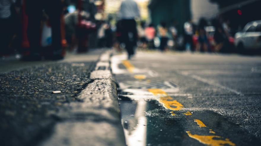Calle con lluvia por la noche