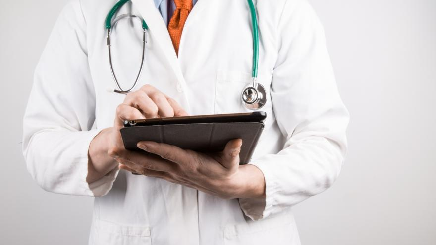 Médico prescribiendo en una tablet