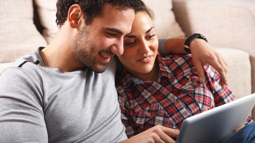 Una pareja frente a una tablet