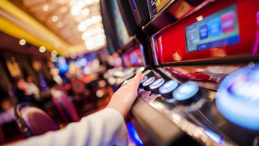 una persona jugando con una máquina de apuestas