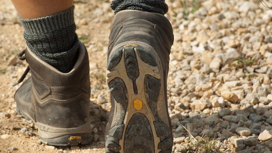 Plano de pies con botas de montaña