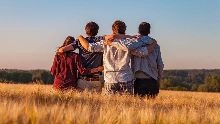 4 adolescentes de espalda entrelazados