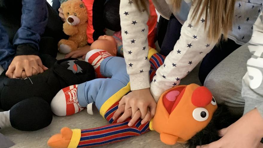 taller de rcp enel Hospital de Móstoles con niños de 4 de la ESO