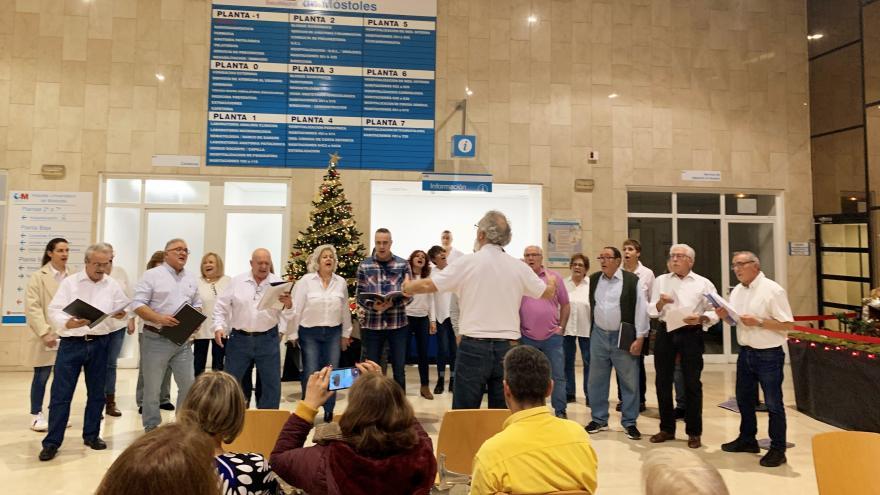 A cuatro voces la Coral de Griñón inundó el hospital de melodías tradicionales magníficamente interpretadas que emocionaron a todos