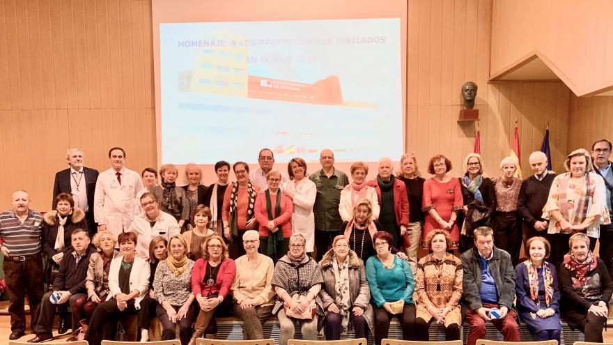 Profesionales del Hospital Universitraio de Móstoles que se han jubilado a lo largo de 2019, junto al equipo directivo