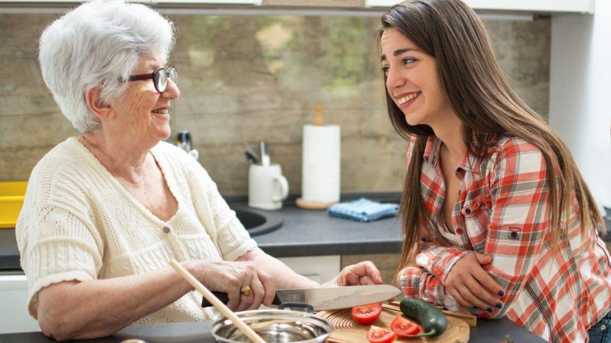 Mujer mayor y joven_cocinando