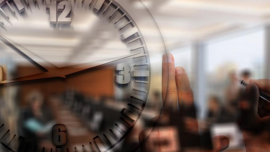 Collage de imágenes de una oficina, sala de reuniones, reloj y pizarra