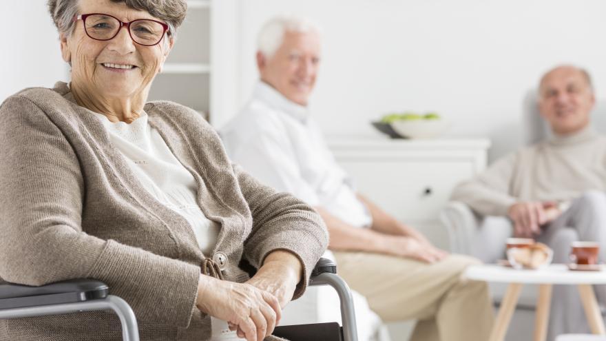 Anciana sonriendo con gafas