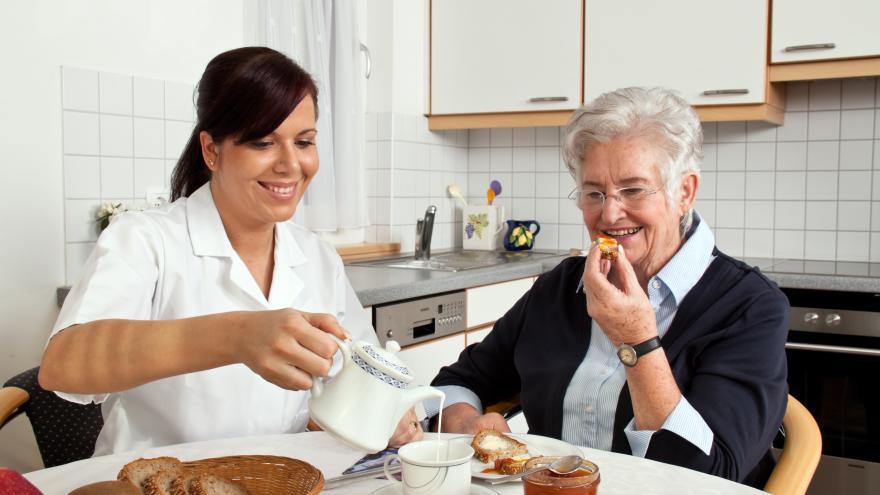Joven cuidando a una anciana
