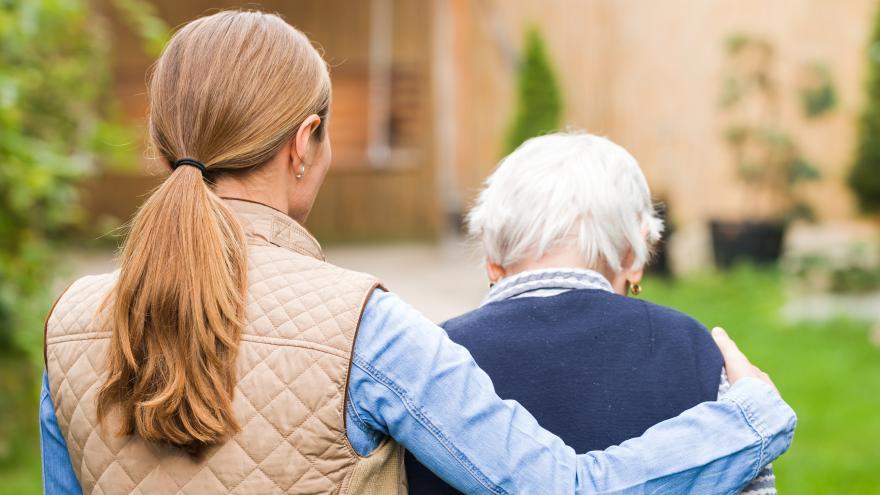 Mujer joven abrazada a anciana