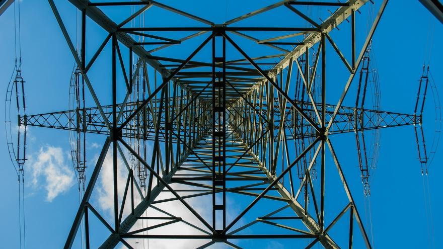 Imagen de una torre de alta tensión desde abajo