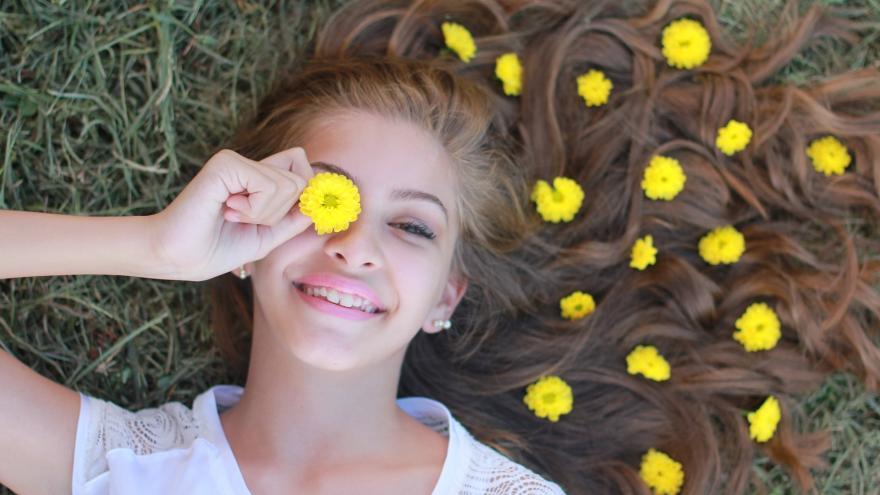 Chica adolescente tumbada en jardin