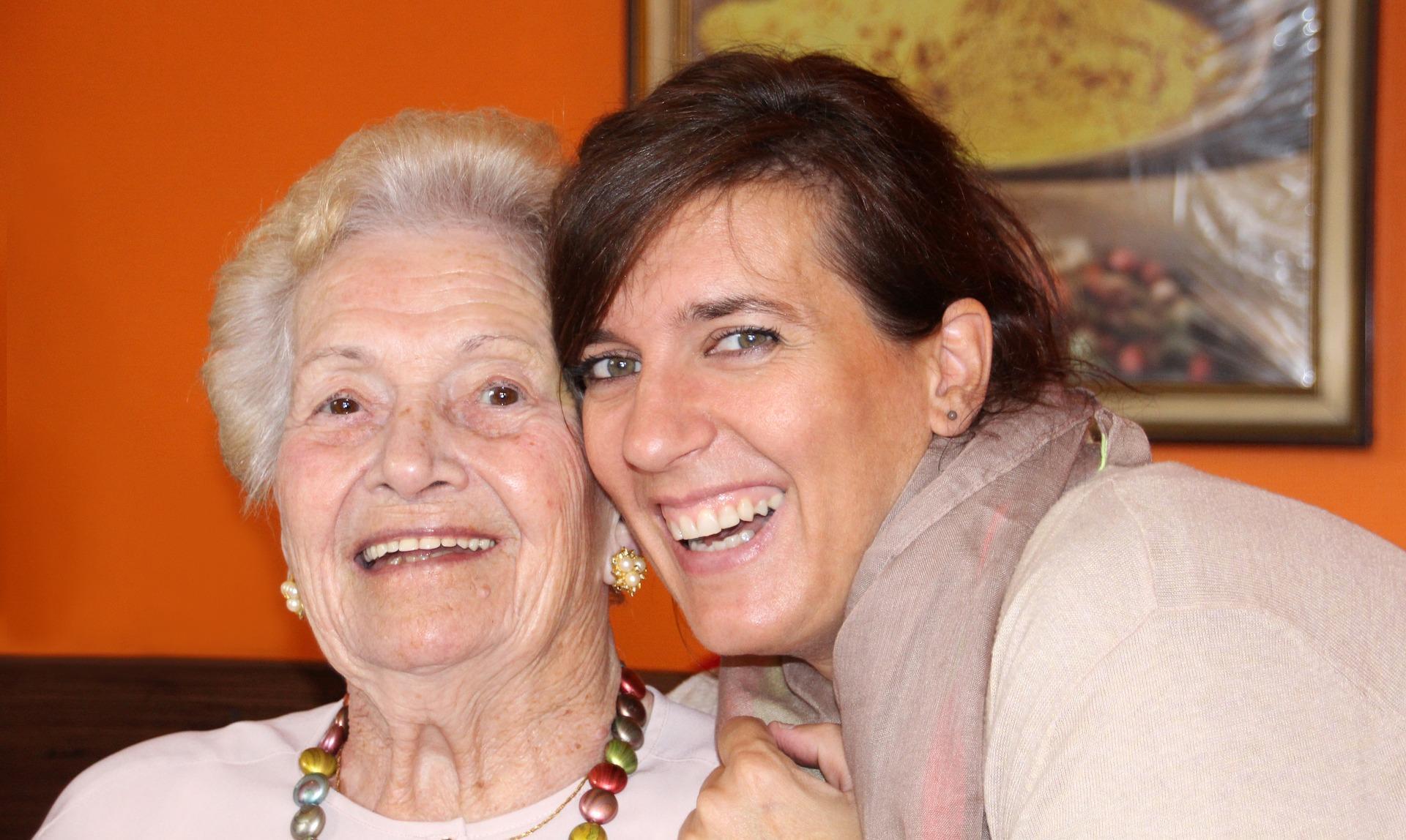 Mujeres abrazadas sonriendo