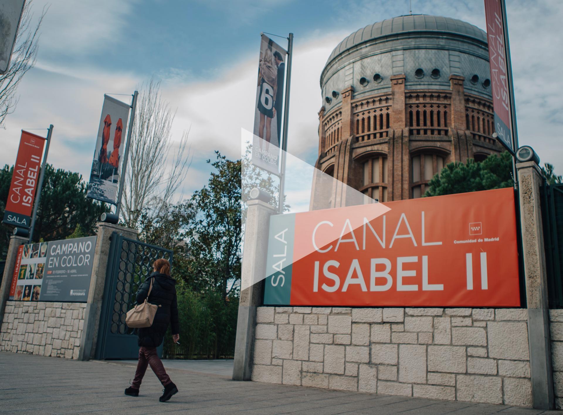 Calle Santa Engracia con vistas a la puerta de acceso, banderola publicitaria y cúpula de la Sala Canal