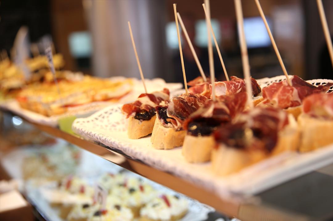 Barra tapas en un bar de Madrid