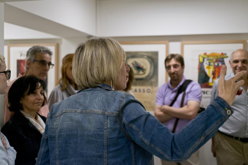 Grupo de hombres y mujeres participando en una actividad dentro del Museo Picasso