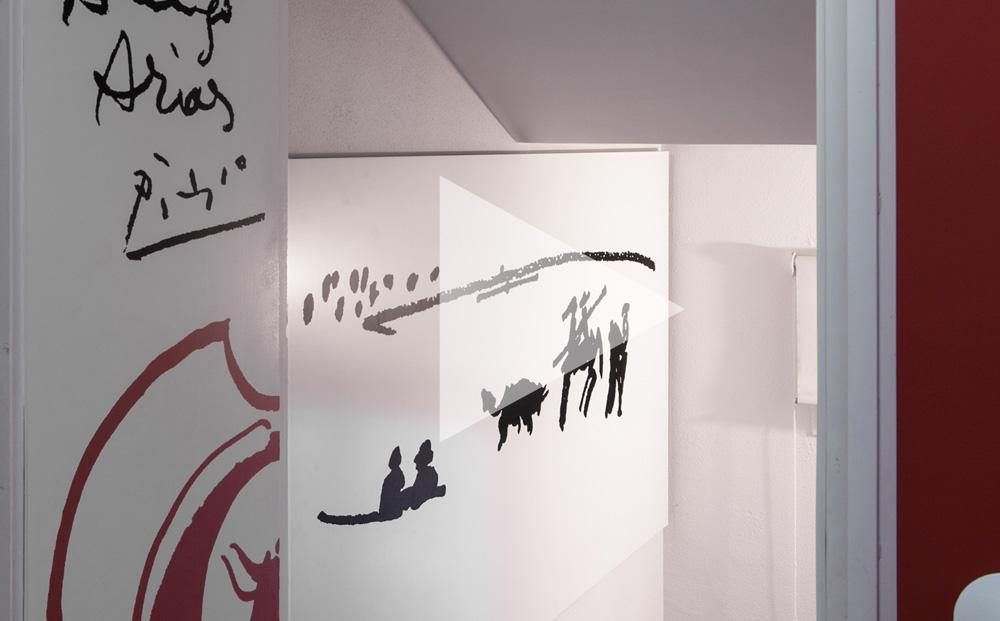 Puerta blanca con vinilo en negro con escena taurina pintada por Picasso. Acceso al museo