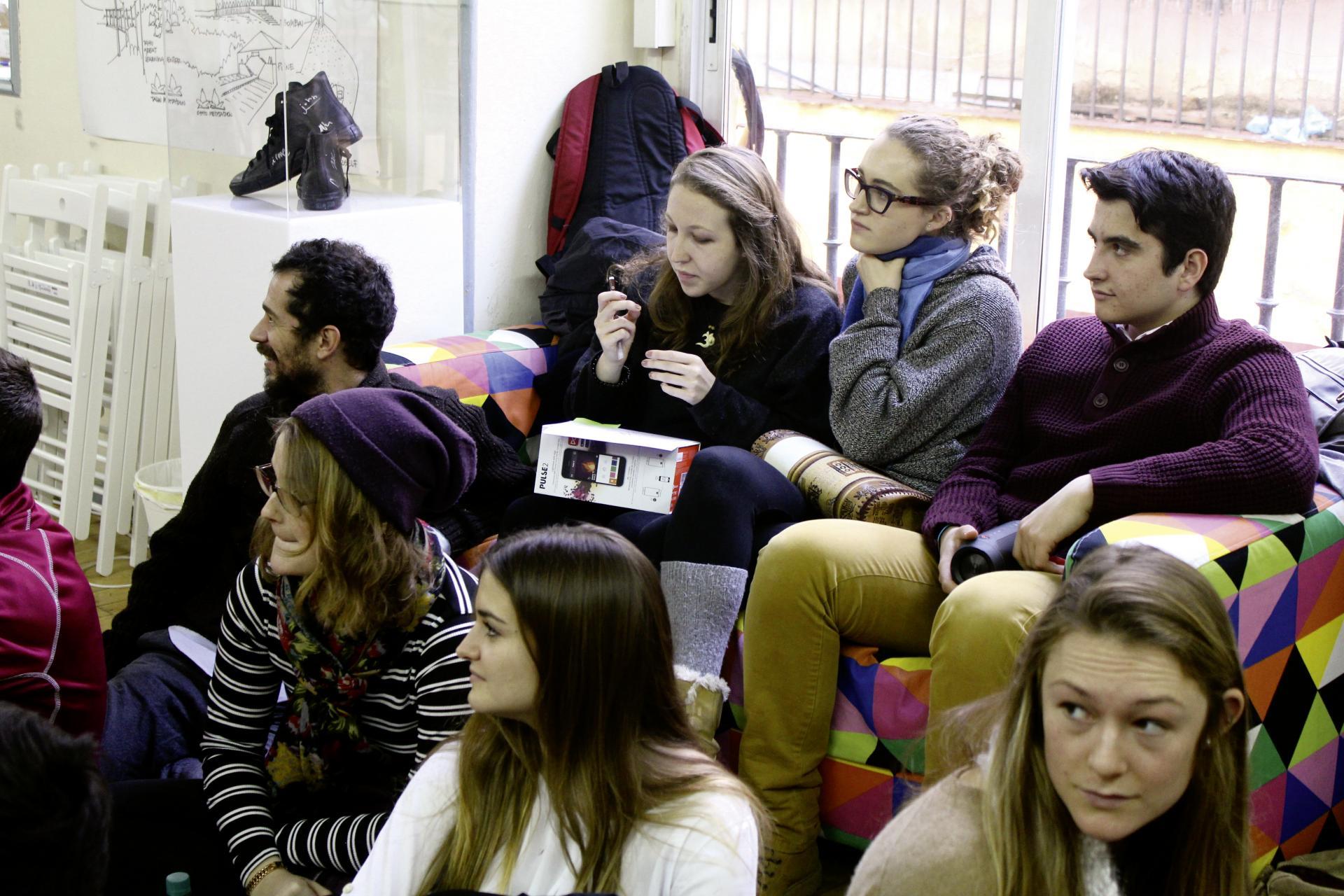 Alumnos/as sentados atendiendo a una clase