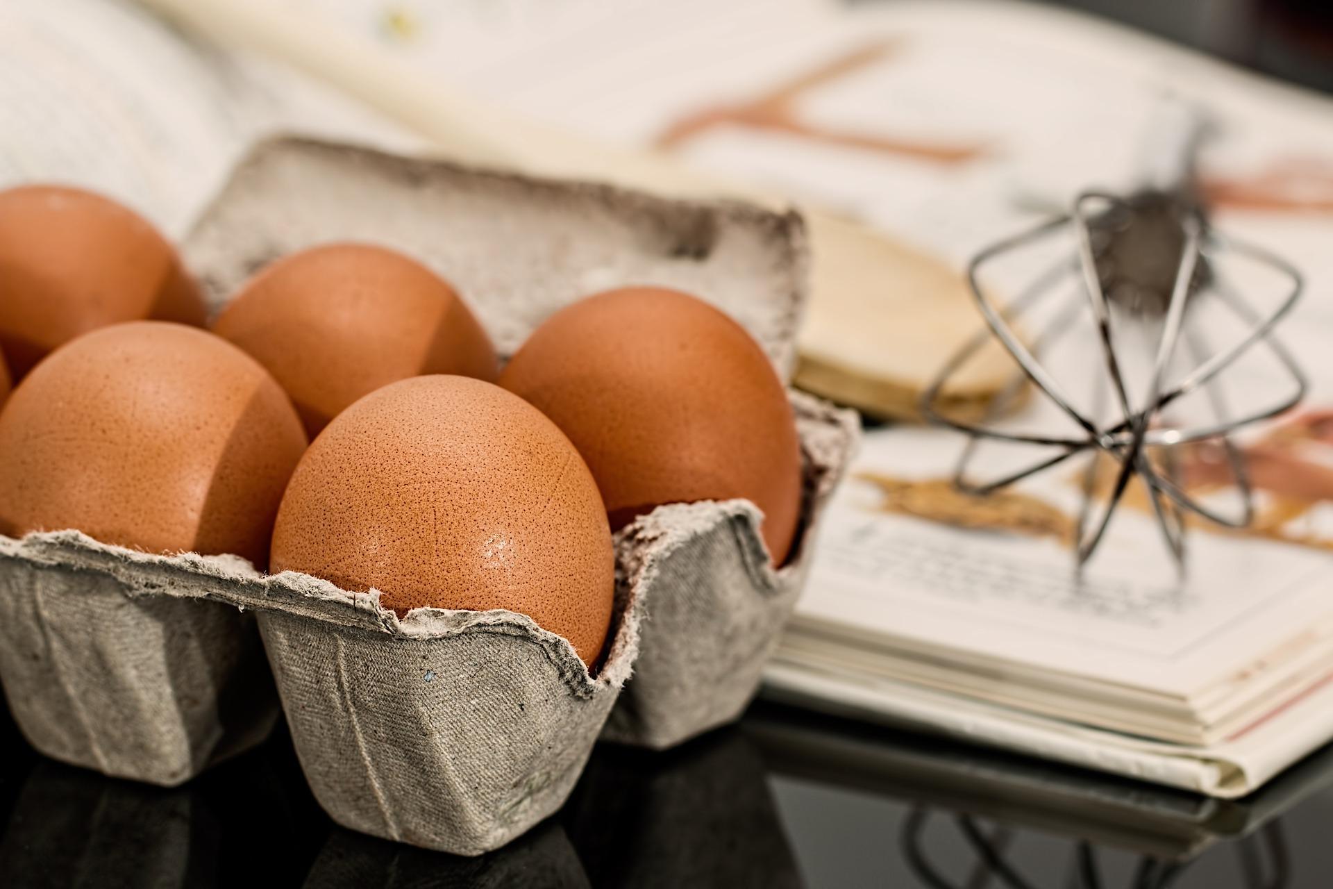 Huevos en una huevera