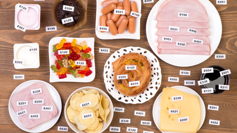 Varios tipos de alimentos ocn etiquetas con sus aditivos