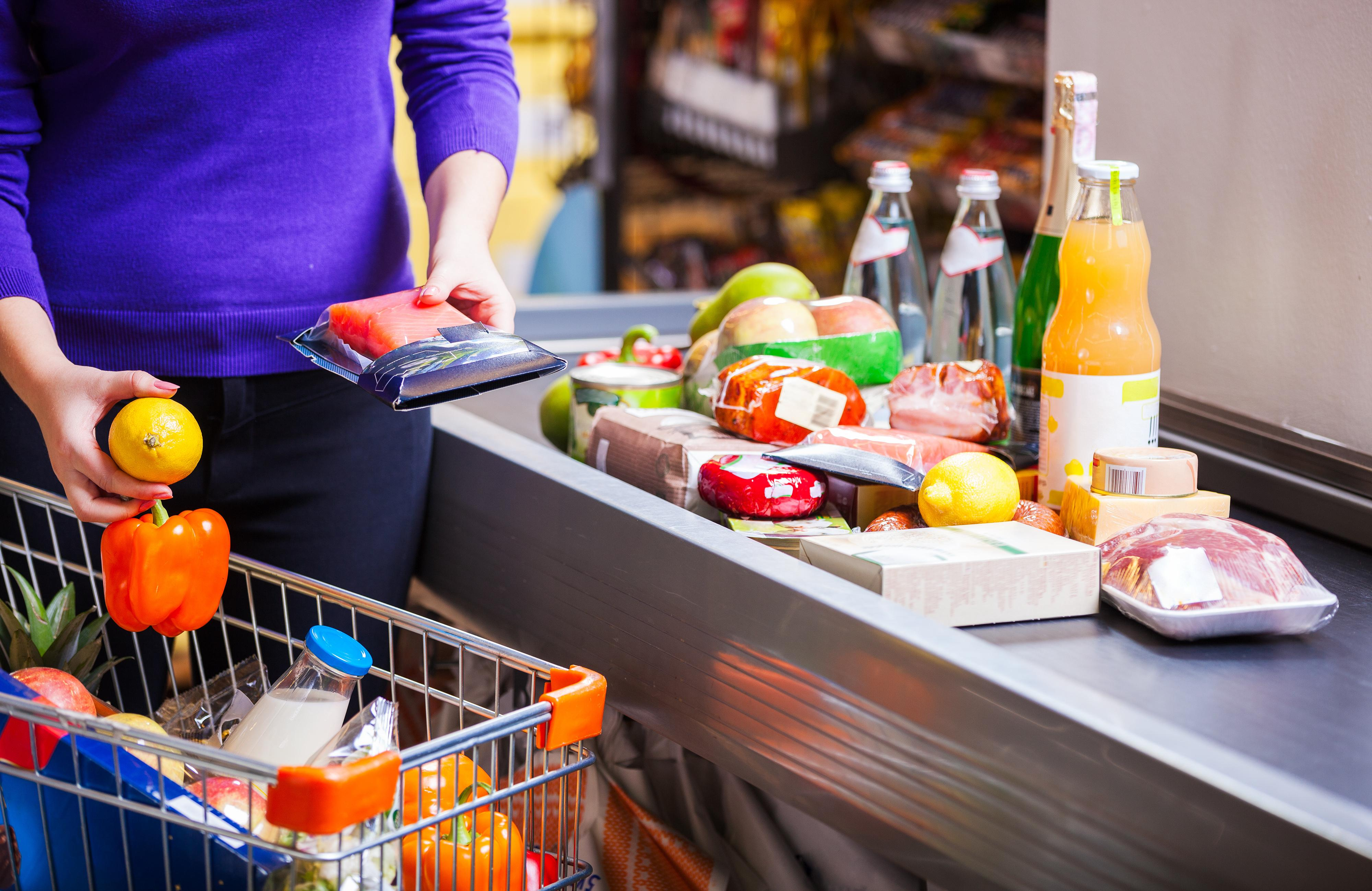 Persona comprando alimentos en un supermercado