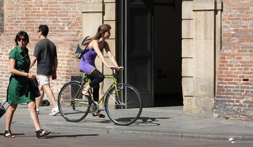 Chica en bicicleta por la calle