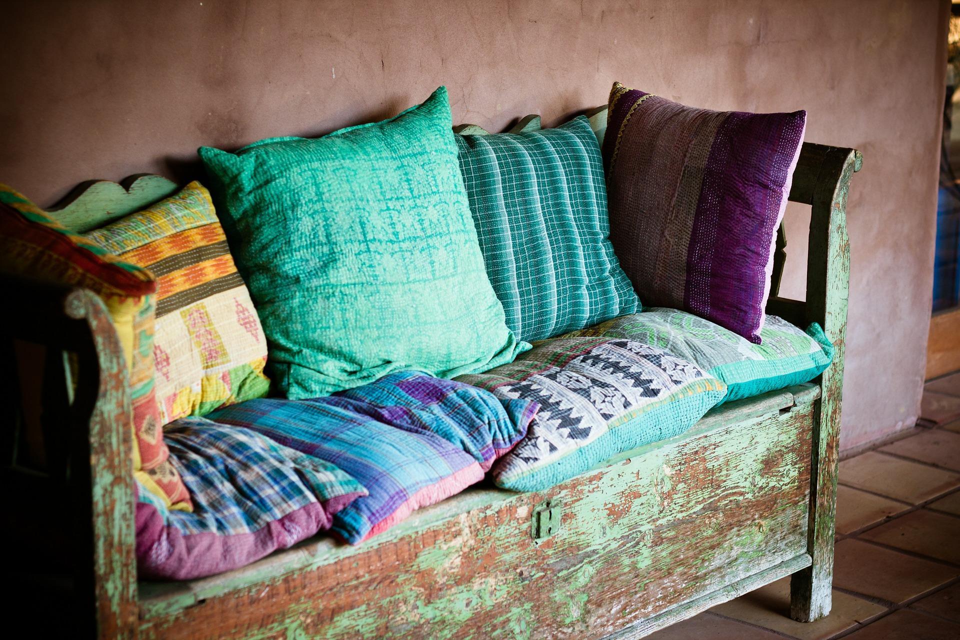 Sofá con cojines de colores