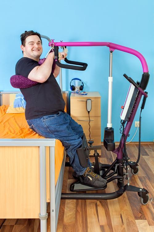 Hombre joven en un centro de atención especializada para personas con discapacidad