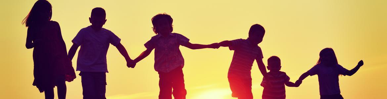 Niños cogidos de la mano