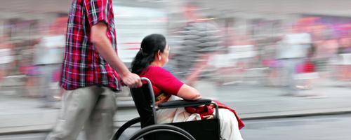 Imagen ilustrativa mujer en silla de ruedas en movimiento por la ciudad