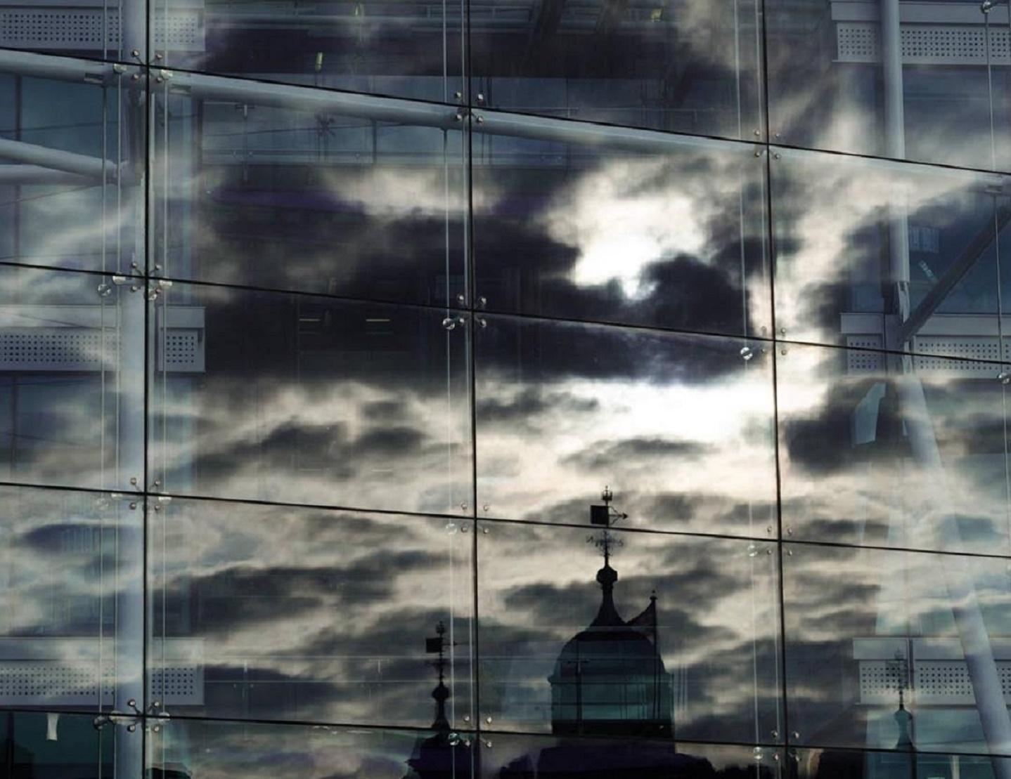 Imagen de un reflejo en un edificio