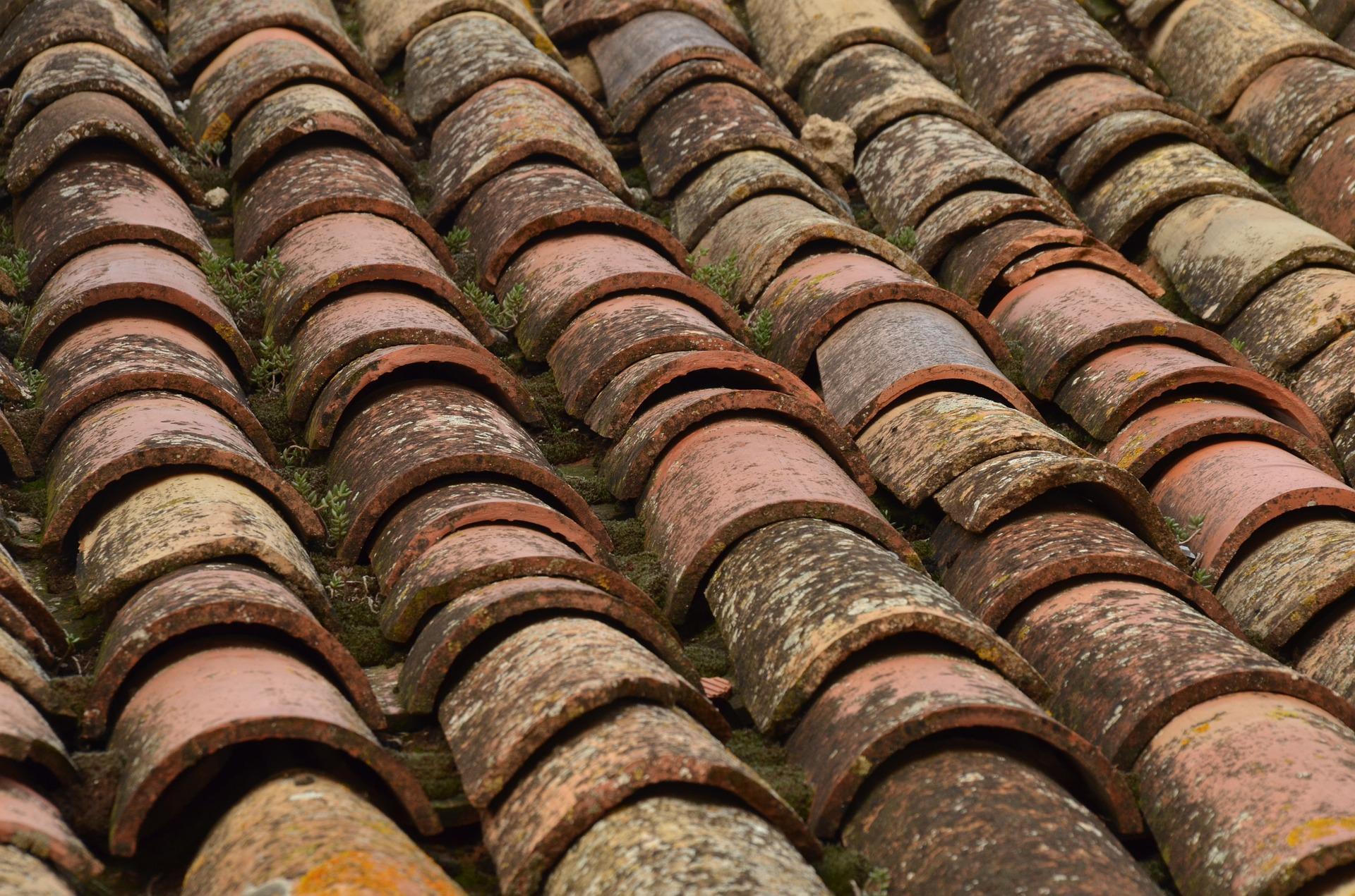Imagen de un tejado deteriorado