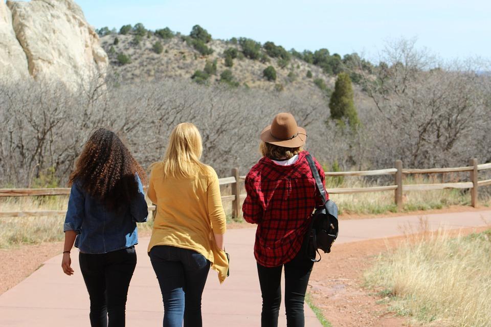 Tres mujeres de espalda caminando