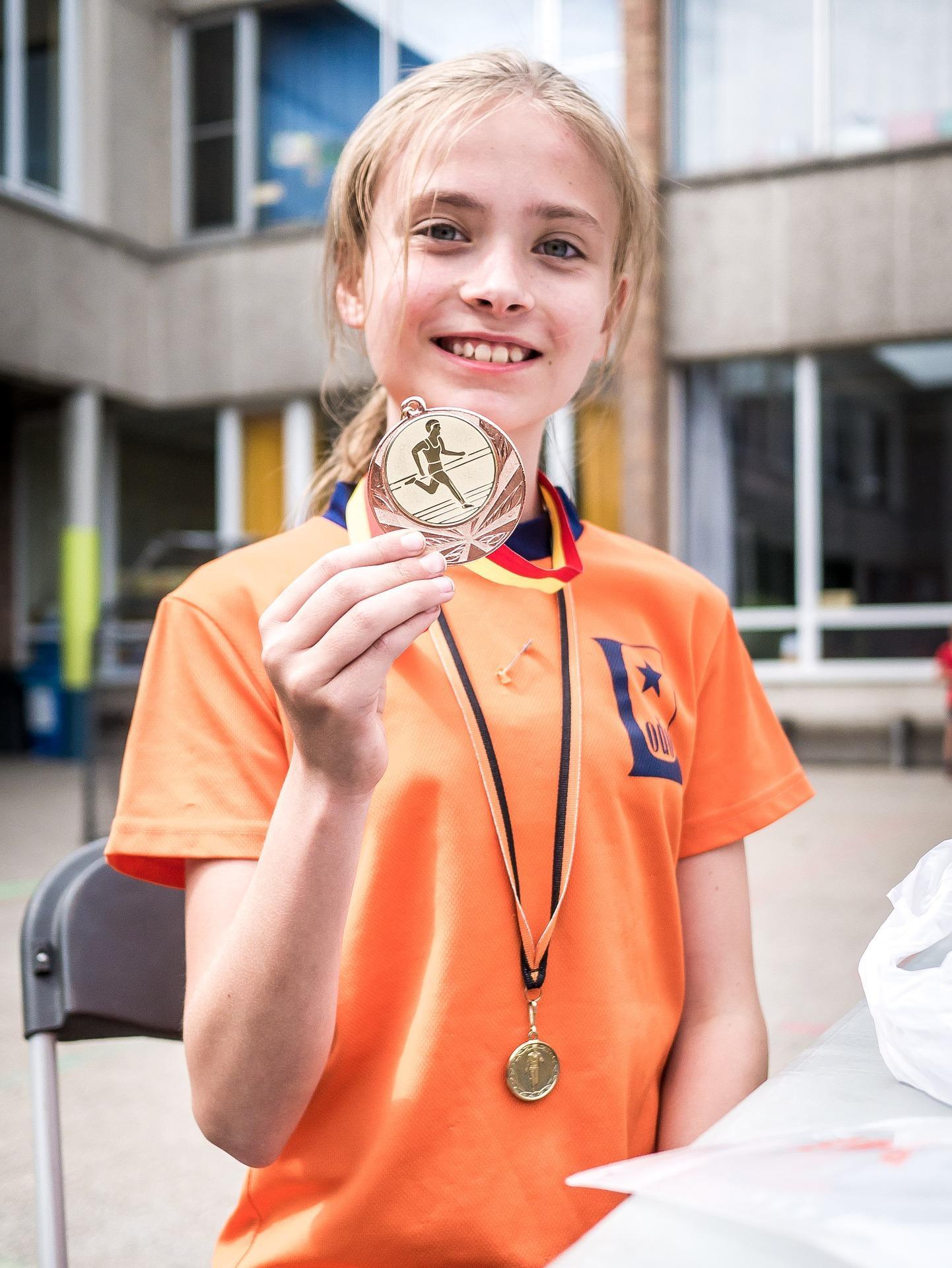Niña con medalla deportiva